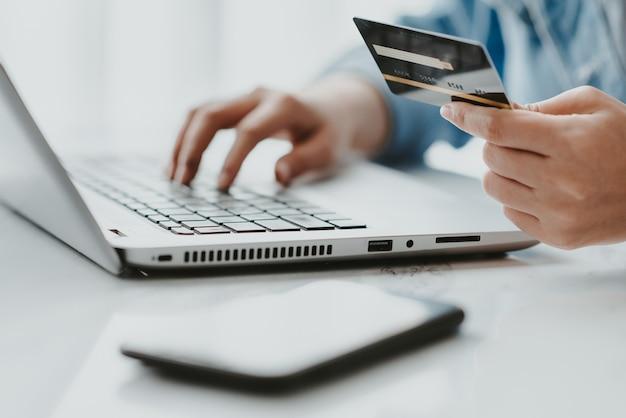 Tarjeta de crédito para compras online y pago online.