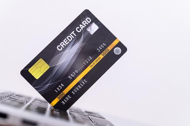 Tarjeta de crédito con computadora utilizada en compras en línea