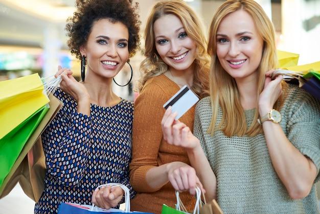 La tarjeta de crédito es muy necesaria durante las compras.