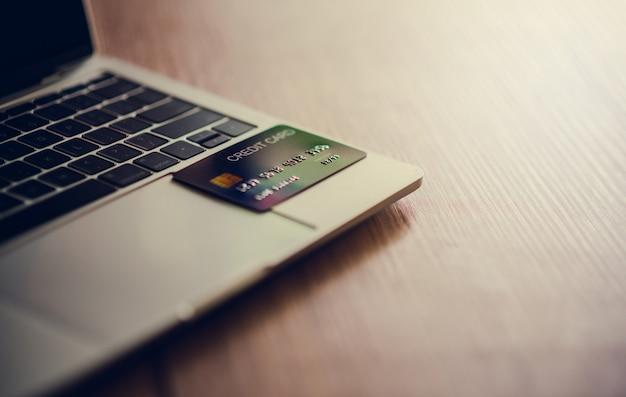 Tarjeta de credito y laptop