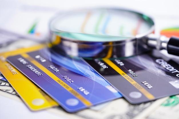 Tarjeta de crédito con lupa.