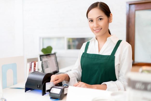 La tarjeta de crédito del propietario se utiliza para pagar alimentos y café.