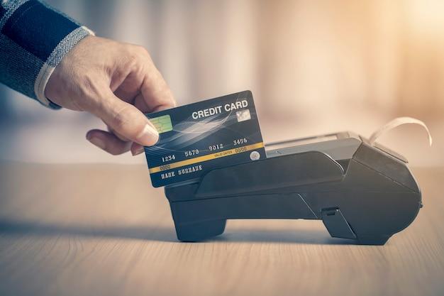 Tarjeta de crédito de terminal de pago para compras en línea