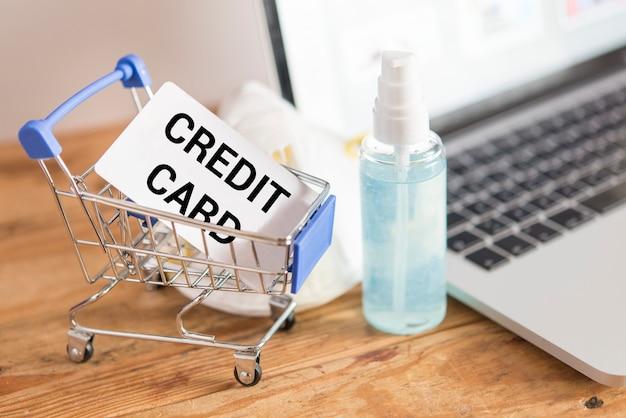 Tarjeta de crédito y uso. concepto de compra en línea