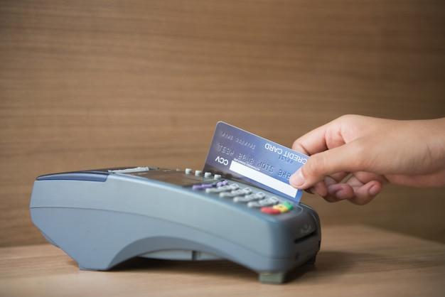 Tarjeta de crédito, uso de tarjeta de crédito, pago con tarjeta de crédito.
