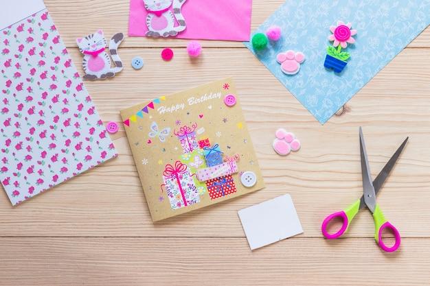 Tarjeta de cumpleaños creativa hecha a mano en la mesa de madera