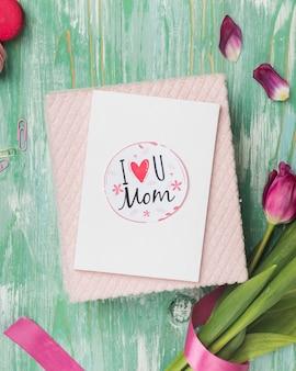Tarjeta del día de la madre con pétalos de flores