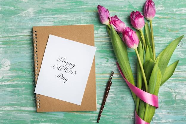 Tarjeta del día de la madre y pluma estilográfica