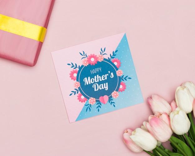 Tarjeta del día de la madre con regalo y tulipanes