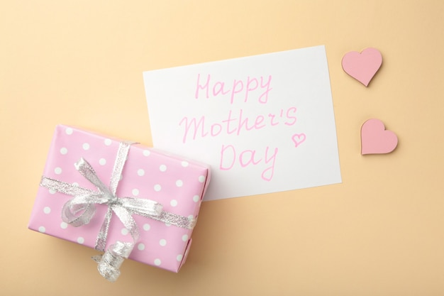 Tarjeta del día de la madre con un regalo. vista superior