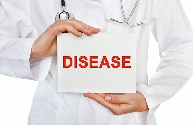 Tarjeta de enfermedad en manos del médico