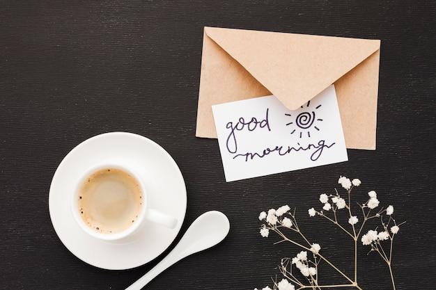 Tarjeta de felicitación al lado de una taza de café