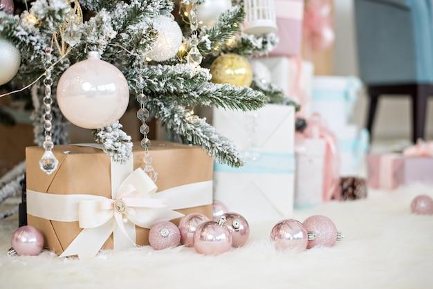 Tarjeta de felicitación de año nuevo. craf cajas con regalos de santa claus se encuentran en blanco