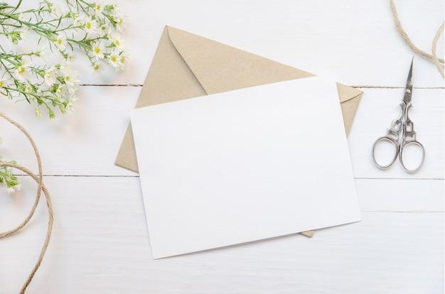 Tarjeta de felicitación blanca en blanco con sobre marrón