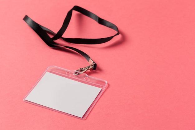 Tarjeta de felicitación en blanco o etiqueta en rosa