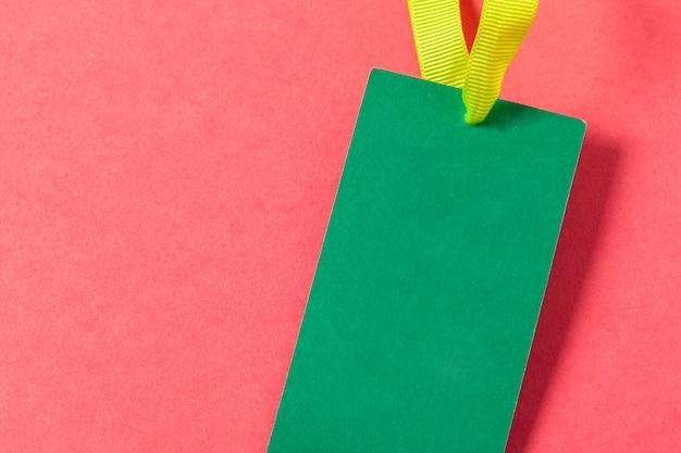Tarjeta de felicitación en blanco o etiqueta sobre fondo rosa