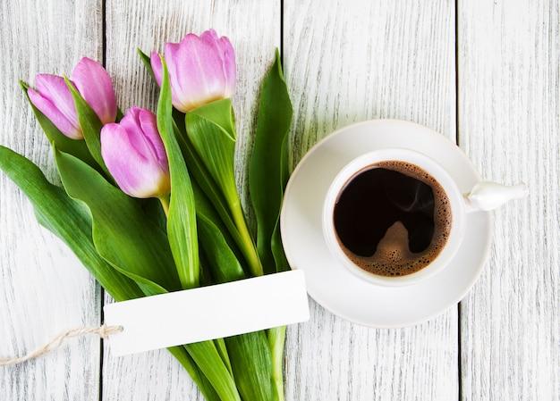 Tarjeta de felicitación en blanco del ramo de los tulipanes y taza de café