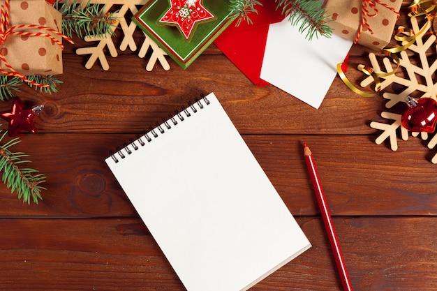 Tarjeta de felicitación y caja de regalo en la mesa de oficina