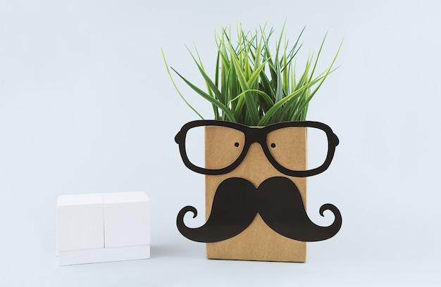 Tarjeta de felicitación con cara divertida en bolsa de papel con bigote