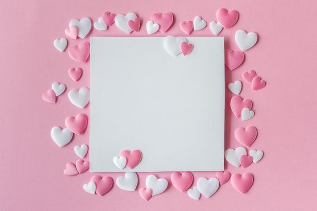 Tarjeta de felicitación con corazones rosas y blancos