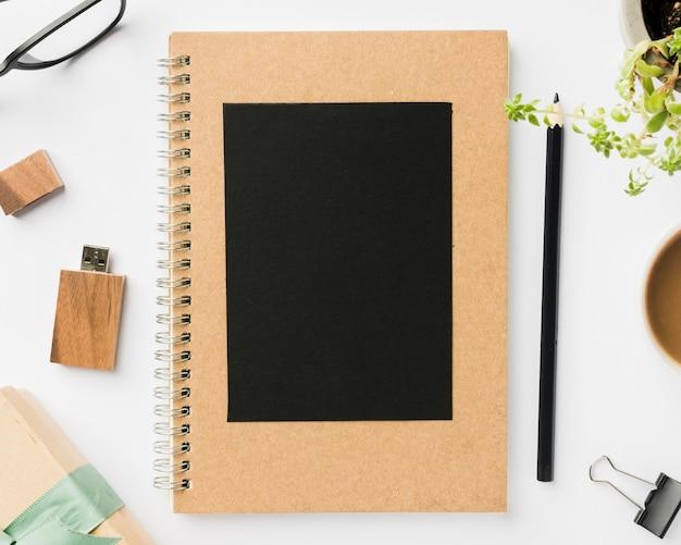 Tarjeta de felicitación en el cuaderno en el escritorio