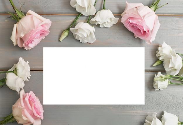 Tarjeta de felicitación para el día de la madre. flores sobre fondo gris