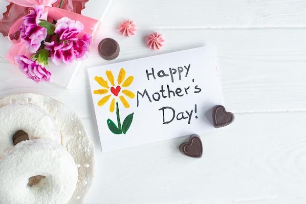 Tarjeta de felicitación del día de la madre sobre fondo blanco. texto feliz día de las madres.