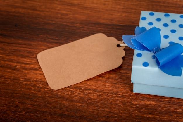 Tarjeta de felicitación del día del padre con caja de regalo.