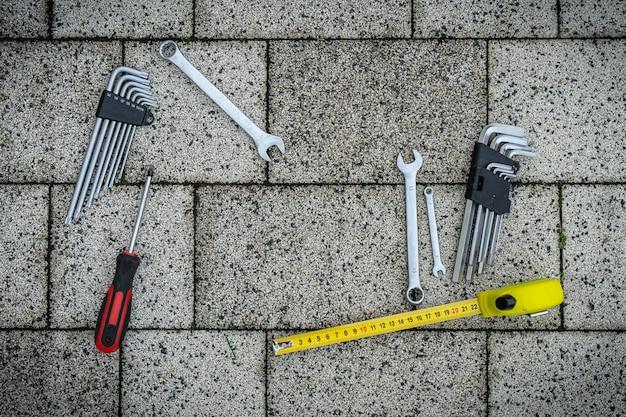 Tarjeta de felicitación del día del padre. conjunto de herramientas planas sobre fondo de pavimento de piedra