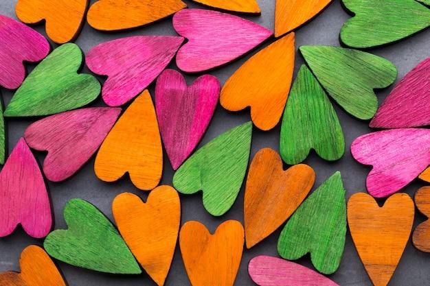 Tarjeta de felicitación del día de san valentín. corazón de color sobre fondo gris.