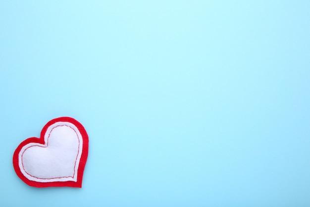 Tarjeta de felicitación del día de san valentín. corazón hecho a mano sobre fondo azul.