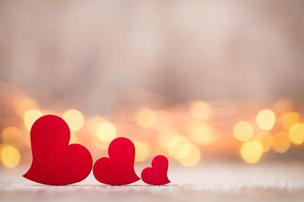 Tarjeta de felicitación del día de san valentín. corazón rojo sobre fondo gris.
