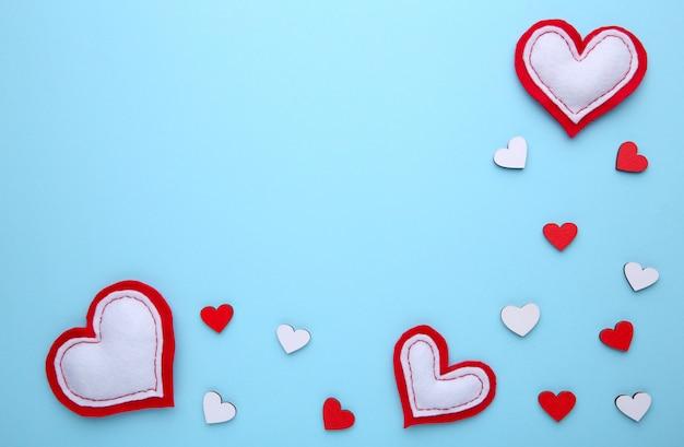 Tarjeta de felicitación del día de san valentín, corazones hechos a mano en azul