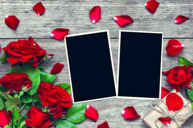 Tarjeta de felicitación del día de san valentín o marcos de fotos en blanco con ramo de flores rosas rojas y caja de regalo