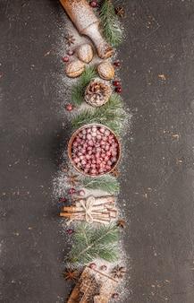 Tarjeta de felicitación ¡feliz año nuevo 2022 y feliz navidad! árbol de navidad, nieve y adornos.