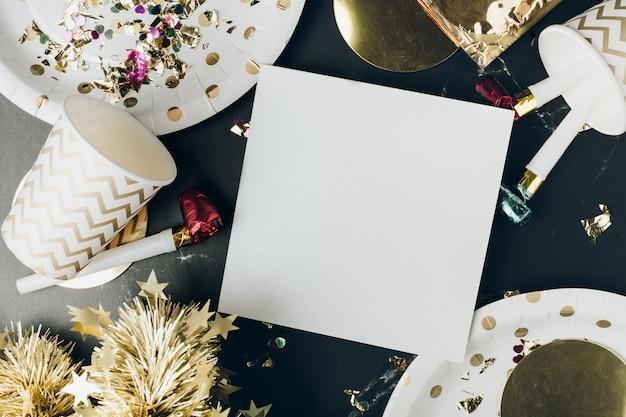 Tarjeta de felicitación de feliz año nuevo cartel blanco con taza de fiesta, soplador de fiesta, oropel, confeti
