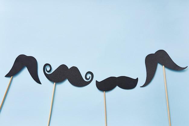 Tarjeta de felicitación feliz del día de padres con lugar para texto, bigotes negros