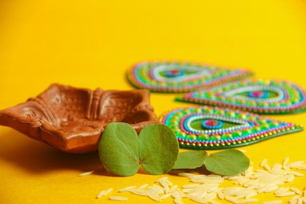 Tarjeta de felicitación feliz dussehra, hoja verde y arroz.