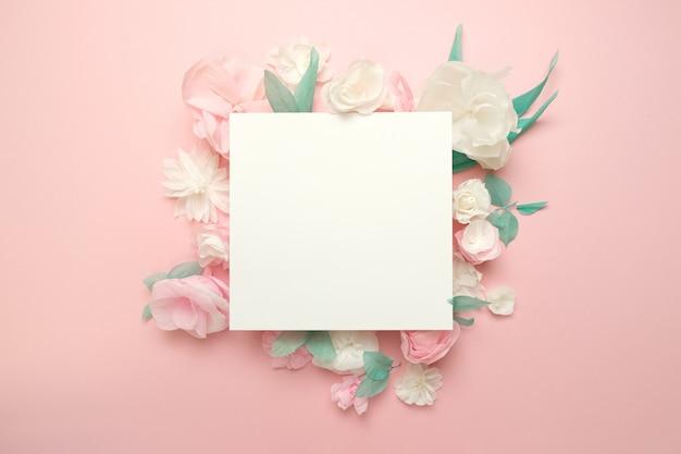 Tarjeta de felicitación con flores de papel en rosa