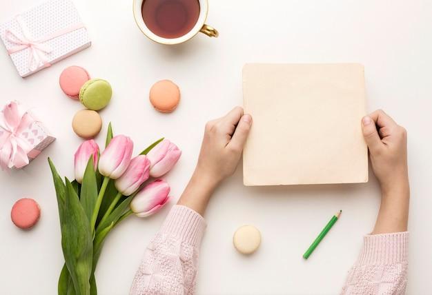 Tarjeta de felicitación y flores