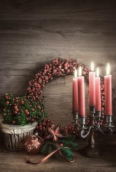 Tarjeta de felicitación con gaultheria, flor de pascua y adornos navideños
