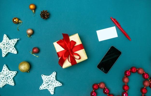 Tarjeta de felicitación maqueta plantilla con adornos navideños.