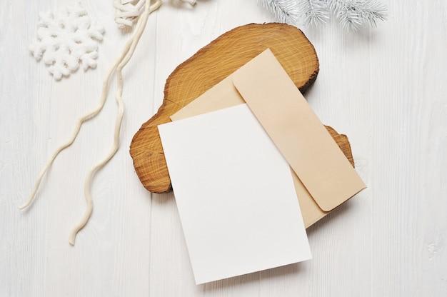 Tarjeta de felicitación de navidad carta en blanco en sobre con árbol blanco, plano lay