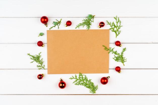 Tarjeta de felicitación de navidad con copyspace en madera blanca