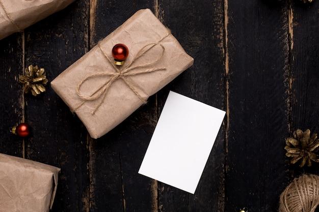 Tarjeta de felicitación de navidad con decoración de año nuevo en superficie de madera