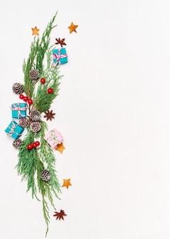Tarjeta de felicitación de navidad de maqueta, flatlay con lugar para el texto.