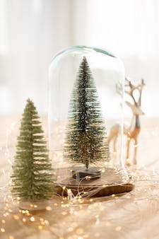 Tarjeta de felicitación de navidad. rama de un árbol de navidad en luces de bokeh dorado brillo.
