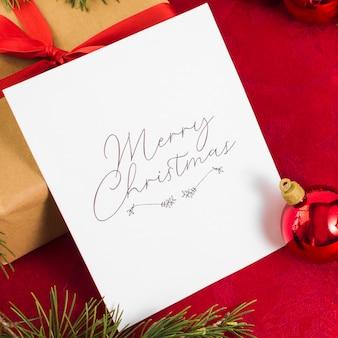 Tarjeta de felicitación navideña con adorno navideño.