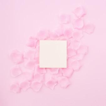 Tarjeta de felicitación en pétalos de rosa.