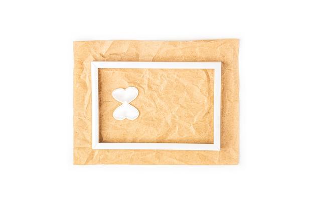 Tarjeta de felicitación romántica del día internacional de la mujer con marco blanco y número 8 sobre fondo de papel artesanal. diseño de tarjeta plana, copia espacio para texto.